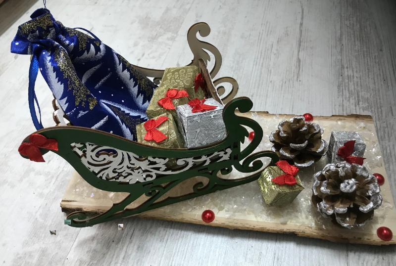 Коледна украса върху дъска