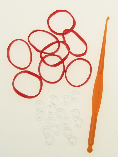 Set de tricotat brățară - cârlig 85 mm, 12 piese S-suport și ~ 270 bucăți de elastice 18 mm - roșu