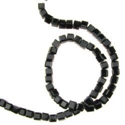 Șir mărgele cub de sticlă 4x4x4 mm gaură 1 mm fațetat negru ± 100 bucăți