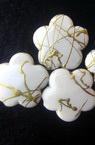Margele forma  floare cu fir  auriu 14 mm alb -50 grame