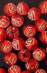 Мънисто роза топче 8 мм дупка 1.5 мм червено с бяло -50 грама ~200 броя