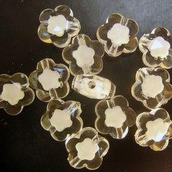 Мънисто с бяла основа цвете 15 мм прозрачно -50 грама