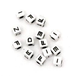 Мънисто двуцветно куб с букви 6 мм дупка 3 мм бяло и черно -20 грама ~92 броя