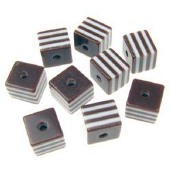 Κύβος ρητίνη 8x8 mm οπή 1,5 mm καφέ με λευκές γραμμές -50 τεμάχια