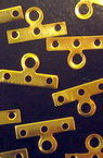 Разделител метал с три дупки и ухо 7 5x14 мм цвят злато -50 броя