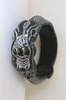 Гривна пластмаса черна ГРАВЮРА ДРАКОН сребро 66x9 мм
