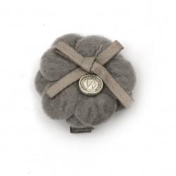 Clemă metalică, floare textilă cu panglică și element metalic 35x35 mm culoare gri -2 piese