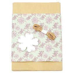 Комплект за опаковане на подарък -крафт хартия 50x70 см, дизайнерска хартия с цветя лилави 50x18 см, шнур памук 3 метра, таг детелина -бял
